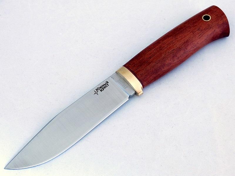 Нож Южный Крест БЕР (рукоять - бубинго)167.5201Модель охотничьего ножа для охоты на крупных животных. Скос на обухе клинка формирует острие в месте приложения силы, по осевой линии. Отличный рабочий нож для эксплуатации в тяжелых условиях. Прямые спуски облегчают клинок и обеспечивают великолепные режущие свойства. Скандинавский тип рукояти будет удобен людям со средней и большой ладонью. По форме клинка нож БЕР сходен с моделью ЮКОН, но имеет более легкое и верткое в работе лезвие за счет прямых клиновидных спусков. Небольшая гарда обеспечит безопасность при работе с ножом. - Клинок: высококачественная нержавеющая сталь, марка 440C (Германия); - Рукоять: дерево бубинго с многокомпонентной пропиткой; в рукояти есть отверстие под темляк; - Ножны: высококачественная кожа; ножны прошиты особо прочными нитками с пропиткой. Комплектация: - подарочная коробка; - нож - 1шт.; - ножны - 1шт. Сделано в России.