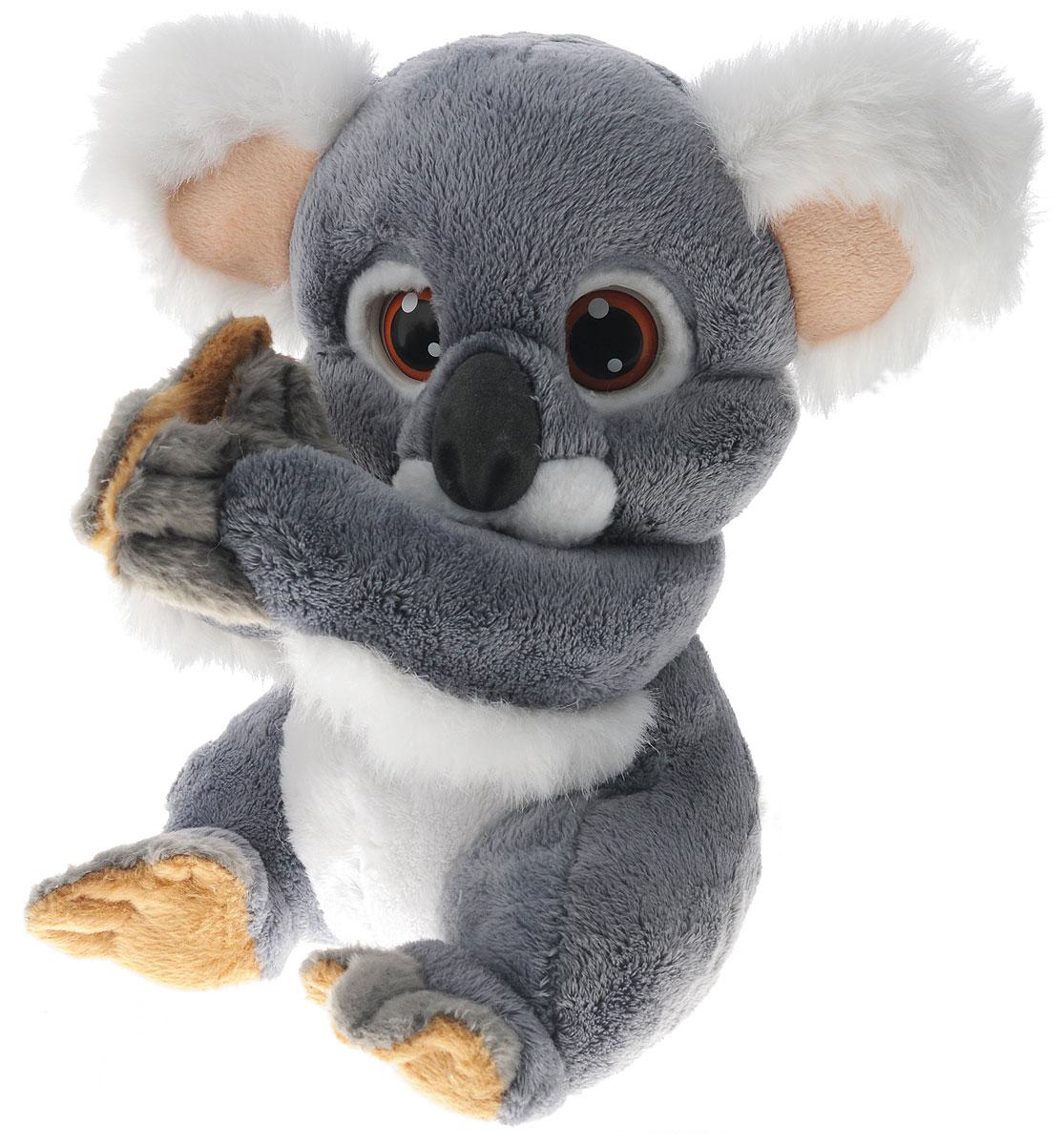 Giochi Preziosi Интерактивная игрушка Коала LiptoGPH30269Интерактивная игрушка Giochi Preziosi Коала Lipto - это необычайно милая интерактивная игрушка от известной итальянской компании Giochi Preziosi. Коала Липто приведет в восторг вашего ребенка! Малыш Липто любит поспать, а проснувшись, он, как и все коалы, хочет кушать, причем кушать он любит не только листики эвкалипта, но и все, что вы ему предложите, положив угощение рядом с его ртом. Липто сразу же примется за пищу, издавая забавные жующие и хрустящие звуки, как самая настоящая коала. Интерактивная игрушка Lipto умеет шевелить своими большими ушками, закрывает глазки, если положить коалу на спинку, а еще она любит обниматься! Лапки игрушки соединяются липучкой, крепко держатся, не расходясь в стороны. Липто может обнять ручку ребенка своими лапками, уверенно держась и не падая, а значит, его можно брать с собой на прогулку, не расставаясь ни на минуту со своим питомцем. Интерактивная коала Lipto совсем как живая. Обними ее и ты услышишь сердцебиение этого...