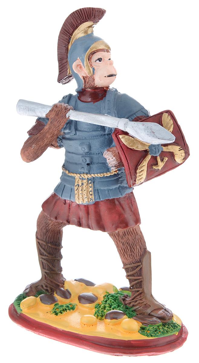 Фигурка декоративная Обезьяна. Римский воин, высота 12 см38249Новогодняя декоративная фигурка Обезьяна. Римский воин станет оригинальным подарком для всех любителей стильных вещей. Сувенир выполнен из высококачественной полирезины в виде обезьяны с копьем. Изысканный сувенир станет прекрасным дополнением к интерьеру. Вы можете поставить фигурку в любом месте, где она будет удачно смотреться и радовать глаз.