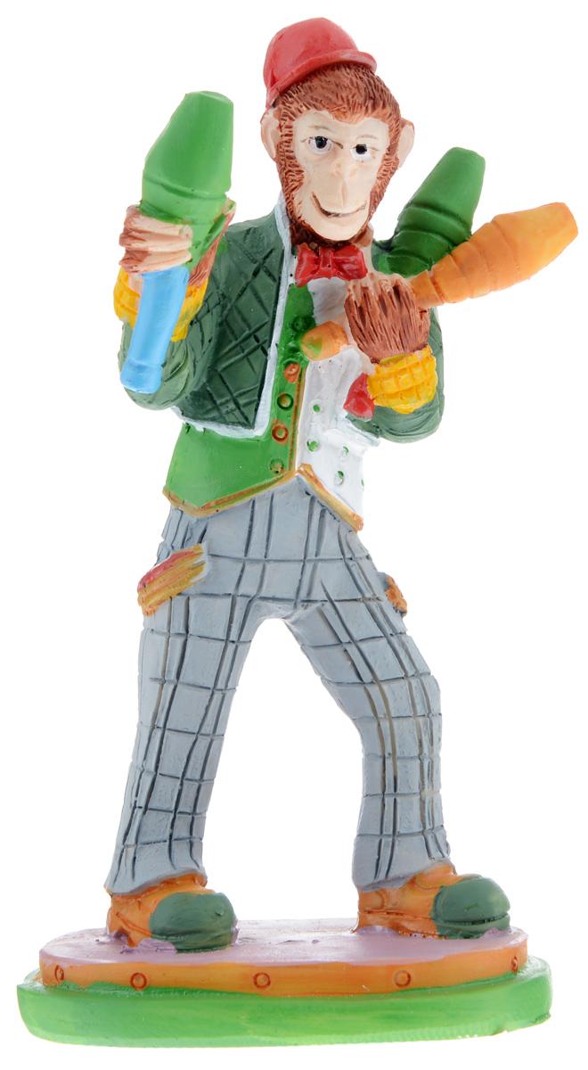 Фигурка декоративная Обезьяна-клоун с кеглями, высота 12 см38279Декоративная фигурка Обезьяна-клоун с кеглями станет оригинальным подарком для всех любителей стильных вещей. Сувенир выполнен из высококачественной полирезины в форме обезьяны с кеглями. Изысканный сувенир станет прекрасным дополнением к интерьеру. Вы можете поставить фигурку в любом месте, где она будет удачно смотреться и радовать глаз.