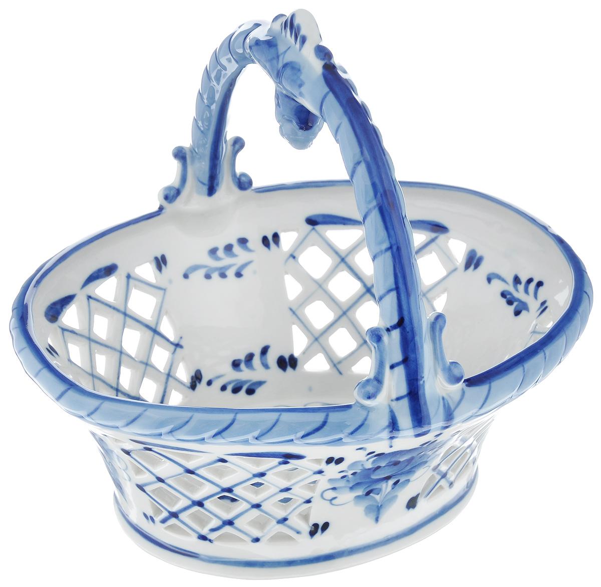 Конфетница Ягодка, цвет: белый, синий, 21,5 х 18,5 см993041802Изящная конфетница Ягодка, изготовленная из высококачественной керамики, предназначена для красивой сервировки конфет, фруктов и десертов. Изделие выполнено в виде корзинки с ручкой и оформлено росписью гжель. Стенки декорированы отверстиями. Конфетница Ягодка оригинально украсит ваш стол и подчеркнет изысканный вкус хозяйки. Уважаемые клиенты! Обращаем ваше внимание, что роспись на изделии выполнена вручную. Рисунок может немного отличаться от изображения на фотографии. Высота конфетницы (с учетом ручки): 19 см.