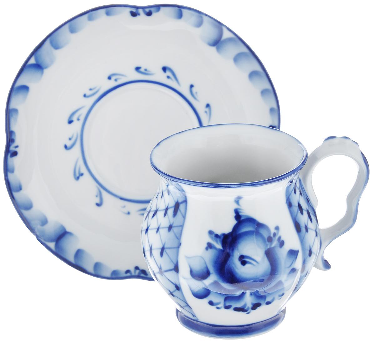 Чайная пара Голубая рапсодия, цвет: белый, синий, 2 предмета993066512Чайная пара Голубая рапсодия состоит из чашки и блюдца, выполненных из высококачественной керамики и оформленных гжельской росписью. Яркий дизайн, несомненно, придется вам по вкусу. Чайная пара Голубая рапсодия украсит ваш кухонный стол, а также станет замечательным подарком к любому празднику. Объем чашки: 300 мл. Диаметр чашки (по верхнему краю): 7,7 см. Диаметр дна чашки: 6 см. Высота чашки: 9,5 см. Диаметр блюдца: 15,5 см. Высота блюдца: 2,2 см.