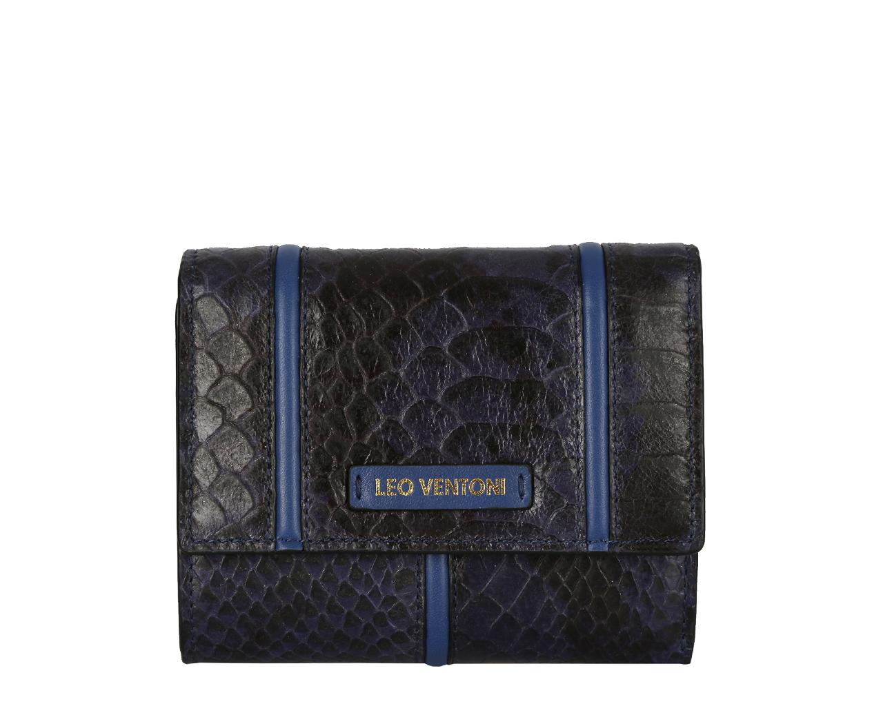 Кошелек женский Leo Ventoni, цвет: темно-синий. L330785L330785 blue pitoneЭлегантный кошелек Leo Ventoni выполнен из натуральной кожи с тиснением под питона . Внутренняя часть изделия выполнена из текстиля и натуральной кожи. Изделие раскладывается и закрывается на застежку-кнопку. Внутри расположены отделение для купюр, три боковых кармана, шесть карманов для кредитных карт. Снаружи, на тыльной стороне кошелька расположен врезной карман на застежке-молнии. Изделие поставляется в фирменной коробке с логотипом бренда. Стильный кошелек Leo Ventoni станет отличным подарком для человека, ценящего качественные и практичные вещи.