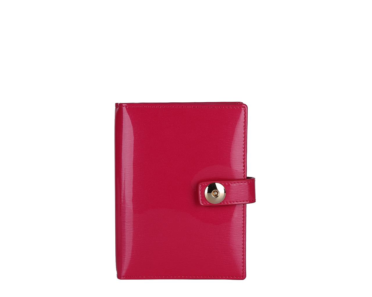 Обложка для документов женская Leo Ventoni, цвет: фуксия. L330841L330841 fuchsiaСтильная обложка для автодокументов Leo Ventoni выполнена из натуральной лакированной кожи и дополнена металлической фурнитурой. Изделие раскладывается пополам и закрывается хлястиком на магнитную кнопку. Внутри размещен вкладыш с шестью файлами для автодокументов, четыре кармана для кредитных карт, два боковых кармана, один из которых прозрачный. Изделие поставляется в фирменной упаковке. Оригинальная обложка для автодокументов Leo Ventoni станет отличным подарком для человека, ценящего качественные и практичные вещи.