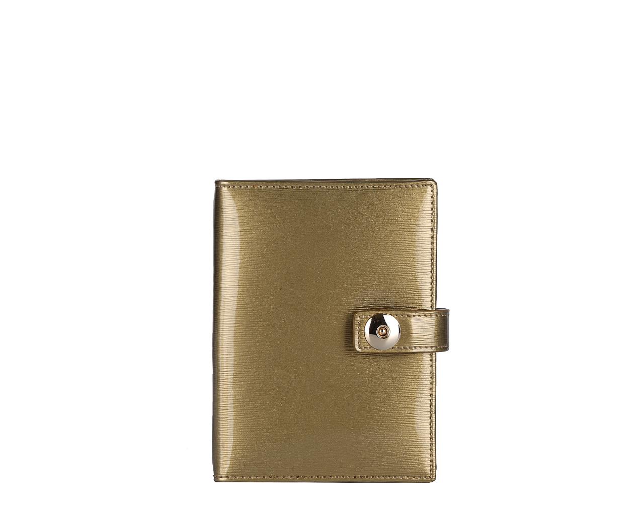 Обложка для документов женская Leo Ventoni, цвет: золотистый. L330841L330841 gold/tanСтильная обложка для автодокументов Leo Ventoni выполнена из натуральной лакированной кожи и дополнена металлической фурнитурой. Изделие раскладывается пополам и закрывается хлястиком на магнитную кнопку. Внутри размещен вкладыш с шестью файлами для автодокументов, четыре кармана для кредитных карт, два накладных кармана, один из которых прозрачный. Изделие поставляется в фирменной упаковке. Оригинальная обложка для автодокументов Leo Ventoni станет отличным подарком для человека, ценящего качественные и практичные вещи.