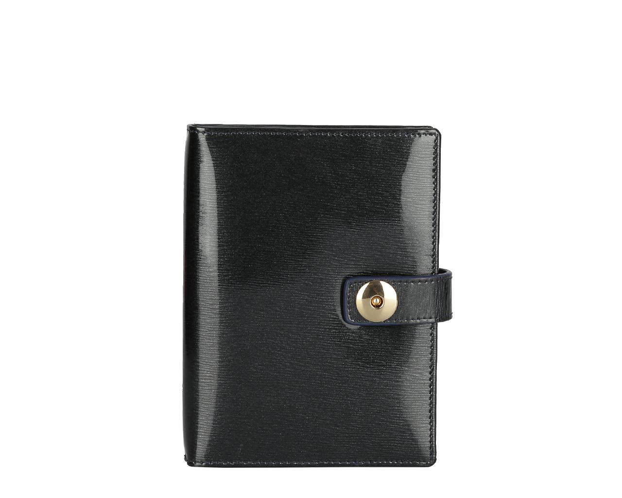 Обложка для документов женская Leo Ventoni, цвет: черный. L330841L330841 neroСтильная обложка для автодокументов Leo Ventoni выполнена из натуральной лакированной кожи и дополнена металлической фурнитурой. Изделие раскладывается пополам и закрывается хлястиком на магнитную кнопку. Внутри размещен вкладыш с шестью файлами для автодокументов, четыре кармана для кредитных карт, два накладных кармана, один из которых прозрачный. Изделие поставляется в фирменной упаковке. Оригинальная обложка для автодокументов Leo Ventoni станет отличным подарком для человека, ценящего качественные и практичные вещи.