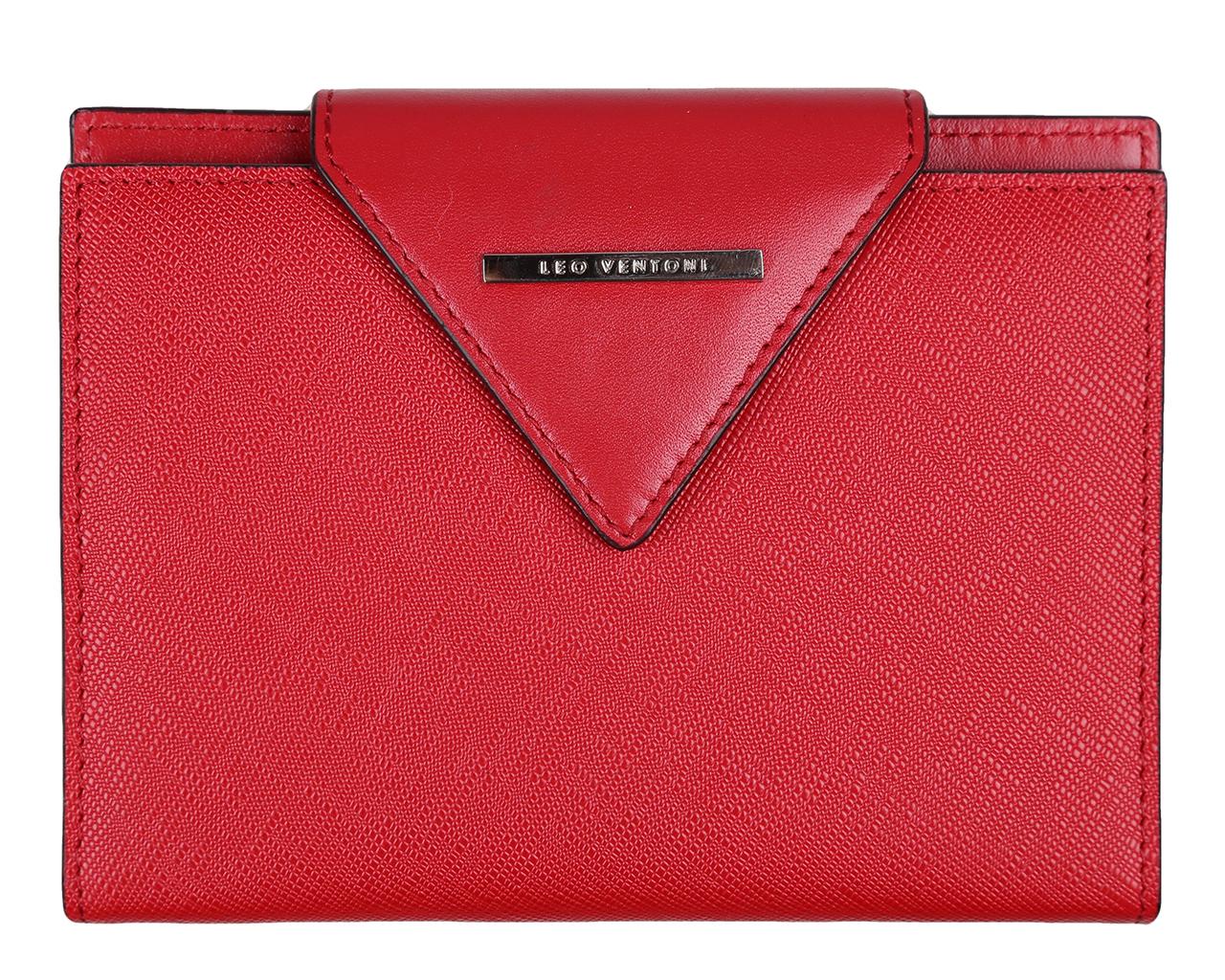 Обложка для паспорта женская Leo Ventoni, цвет: красный. L330767L330767 rossoСтильная обложка для паспорта Leo Ventoni выполнена из натуральной кожи, дополнена оригинальным тиснением и металлической фурнитурой с символикой бренда. Изделие раскладывается пополам и закрывается фигурным хлястиком на кнопку. Внутри размещены два боковых кармана для паспорта и шесть карманов для кредитных карт, один из которых с прозрачным окошком из мягкого пластика, и дополнительный боковой кармашек. Изделие поставляется в фирменной упаковке. Оригинальная обложка для документов Leo Ventoni станет отличным подарком для человека, ценящего качественные и практичные вещи.