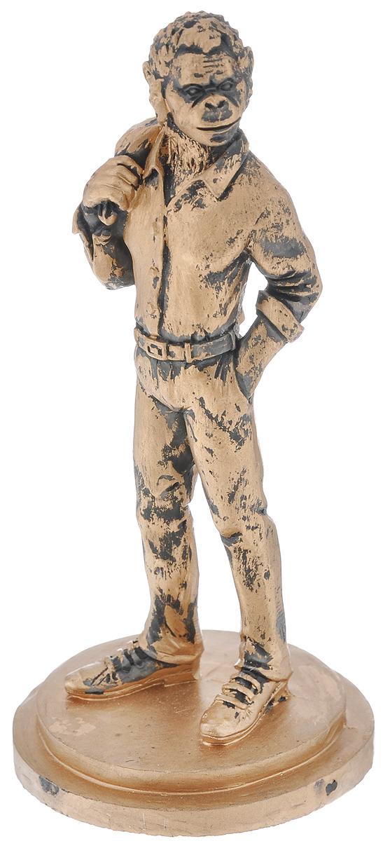 Фигурка декоративная Обезьяна с пиджаком, цвет: бронзовый, 6,2 см х 6,2 см х 12,2 см38234Новогодняя декоративная фигурка Обезьяна с пиджаком прекрасно подойдет для праздничного декора вашего дома. Сувенир выполнен из высококачественного полирезина в форме обезьяны с пиджаком на плече. Такая фигурка оформит интерьер вашего дома или офиса в преддверии Нового года. Оригинальный дизайн и красочное исполнение создадут праздничное настроение. Кроме того, это отличный вариант подарка для ваших близких и друзей.