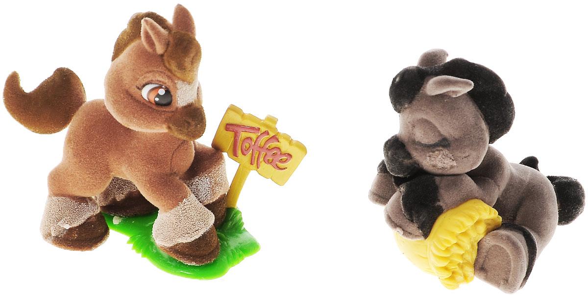 Giochi Preziosi Игровой набор Пони Toffee, 2 штGPH15007Игровой набор Giochi Preziosi Пони Toffee включает в себя 2 фигурки из серии Toffee & Friends. Фигурки очень приятные на ощупь и запросто поместятся на ладошке или в кармашке. Соберите всю коллекцию друзей Тоффи! Высота фигурки: 5 см.