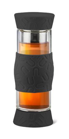 Чайник APOLLO Journey 500 мл черныйJRN-01_чернЧайник Apollo Journey прекрасно подходит для заваривания чая, кофе и травяных настоев. Чайник имеет крышки с обеих сторон и силиконовую накладку в середине для удобства и безопасности. Вы можете регулировать время заваривания. Крышки чайника снабжены силиконовыми вставками, что исключает опасность протекания напитка при условии плотного закрытия. Инструкция по использованию. Откройте крышку со стороны ситечка и засыпьте в ситечко необходимое количество чая или молотого кофе. Залейте внутрь необходимое количество воды нужной температуры. Переверните чайник и дайте напитку настояться необходимое время. Когда напиток готов к употреблению, просто откройте крышку с другой стороны и налейте напиток.