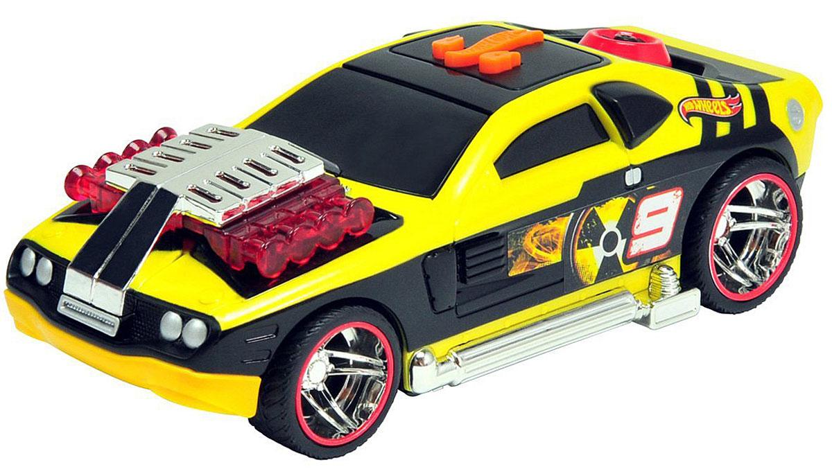 Hot Wheels Машинка Молниеносный дрифт цвет черный желтый90500TS_черный, желтыйЯркая машинка Hot Wheels Жми на газ со звуковыми эффектами, несомненно, понравится вашему ребенку и не позволит ему скучать. Игрушка выполнена в виде яркой гоночной машины. При нажатии на кнопку, расположенную на крыше, задние колеса крутятся и дрифтуют, воспроизводится звук мотора, мигают фары, а в салоне автомобиля проигрывается громкая зажигательная музыка. Колеса машинки выполнены из резины. Ваш ребенок часами будет играть с машинкой, придумывая различные истории и устраивая соревнования. Порадуйте его таким замечательным подарком! Рекомендуется докупить 3 батарейки напряжением 1,5V типа AАA (товар комплектуется демонстрационными).