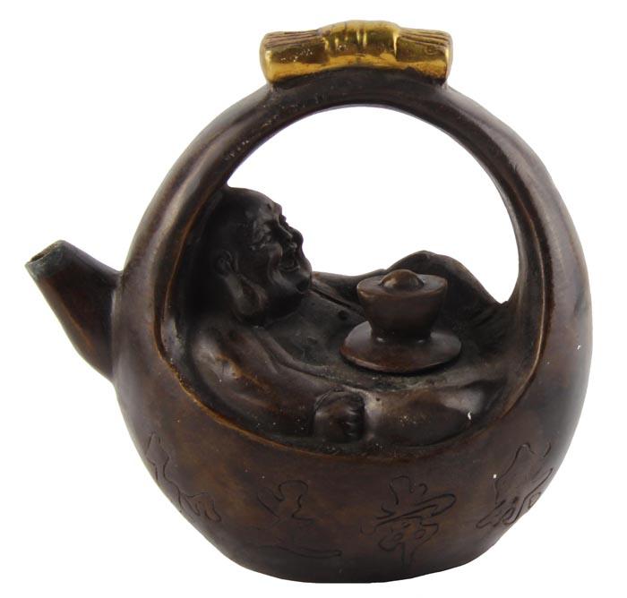 Чайник в тибетском стиле Смеющийся Будда. Бронза, прочеканка. Китай, вторая половина XX векаПБ ДПА 16082016-8Чайник в тибетском стиле Смеющийся Будда. Бронза, прочеканка. Китай, вторая половина XX века. Высота 14 см, длина 14,5 см, ширина 8,5 см. На дне иероглифическое клеймо. Сохранность хорошая. На Востоке особое значение имеют форма и цвет чайников и чайных сервизов. Представленный чайник выполнен из темного бронзового сплава, основным элементом является изображение смеющегося Будды-Хотэя. Оригинальный чайник в тибетском стиле станет прекрасным подарком любителям Востока и ярким элементом декора. Прекрасный образец декоративно-прикладного искусства Тибета, оригинальный подарок почитателю буддийской культуры.