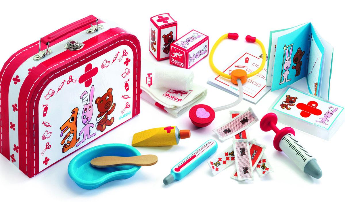 Djeco Игровой набор Доктор06555Замечательная сюжетно-ролевая игра Доктор для детей от 3-х лет. Иногда даже игрушки болеют, и кто-то должен о них позаботиться. Ваш малыш с удовольствием будет делать перевязку, послушает трубочкой, сделает укол своим игрушечным животным и куклам. Все предметы в наборе имеют удобные для детских ручек размеры. Набор упакован в яркий жестяной чемоданчик с замком и ручкой. Ваша малышка сможет часами играть с этим замечательным набором, выдумывая различные интересные истории. Такие игры развивают мелкую моторику, социальные навыки и воображение, а также учат гигиене. Порадуйте свою малышку таким замечательным подарком!