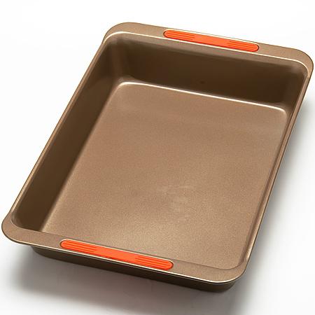 24275 Форма для выпечки 45х29см сил/руч LR (х12)24275Форма для выпечкиа прямоугольная Цвет: золотистый Размер: 44,9 х 29,6 x 7,5 см Вес: 750 г Толщина стенок: 0,6 мм Материал: углеродистая сталь, силикон Подходит для духовки Можно мыть в посудомоечной машине Покрытие: антипригарное покрытие Экологичность: продукт изготовлен из экологически чистых материалов Форма изготовлена из углеродистая сталь, легкая и удобная в использовании. Современное высокотехнологичное антипригарное покрытие обеспечивает беспрепятственное снятие выпечки с формы. Легко моется. Пища не пригорает и не прилипает к стенкам. Такая форма значительно экономит время по сравнению с аналогичными формами для выпечки. С формой для выпечки Mayer & Boch готовить любимые блюда станет еще проще. Подходит для использования в духовом шкафу. Не предназначена для СВЧ-печей.