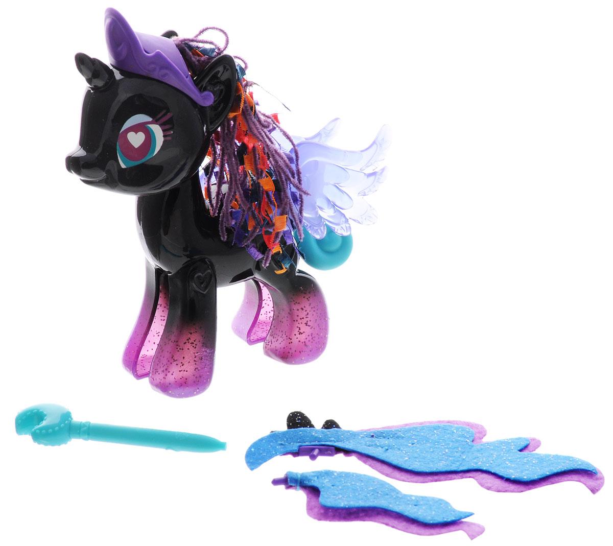My Little Pony Игровой набор Princess LunaB3591EU4_B3012Игровой набор My Little Pony Princess Luna откроет перед вашей малышкой невероятные возможности! Девочка сможет сама собрать свою любимую пони - или придумать уникальную, комбинируя элементы из разных наборов. В набор входят элементы фигурки пони Принцессы Луны - 2 детали туловища, 2 гривы, 2 хвостика, крылья и другие аксессуары, которыми малышка сможет украсить пони по своему вкусу. Все элементы набора выполнены из прочного безопасного пластика. Они легко соединяются друг с другом, и собрать пони не составит труда. Элементы набора совместимы с другими элементами из серии My Little Pony Pop Design-A-Pony, что позволит малышке создать собственную, уникальную пони. Игра с таким набором не только подарит девочке множество счастливых мгновений, но и поможет развить мелкую моторику рук и творческие способности.