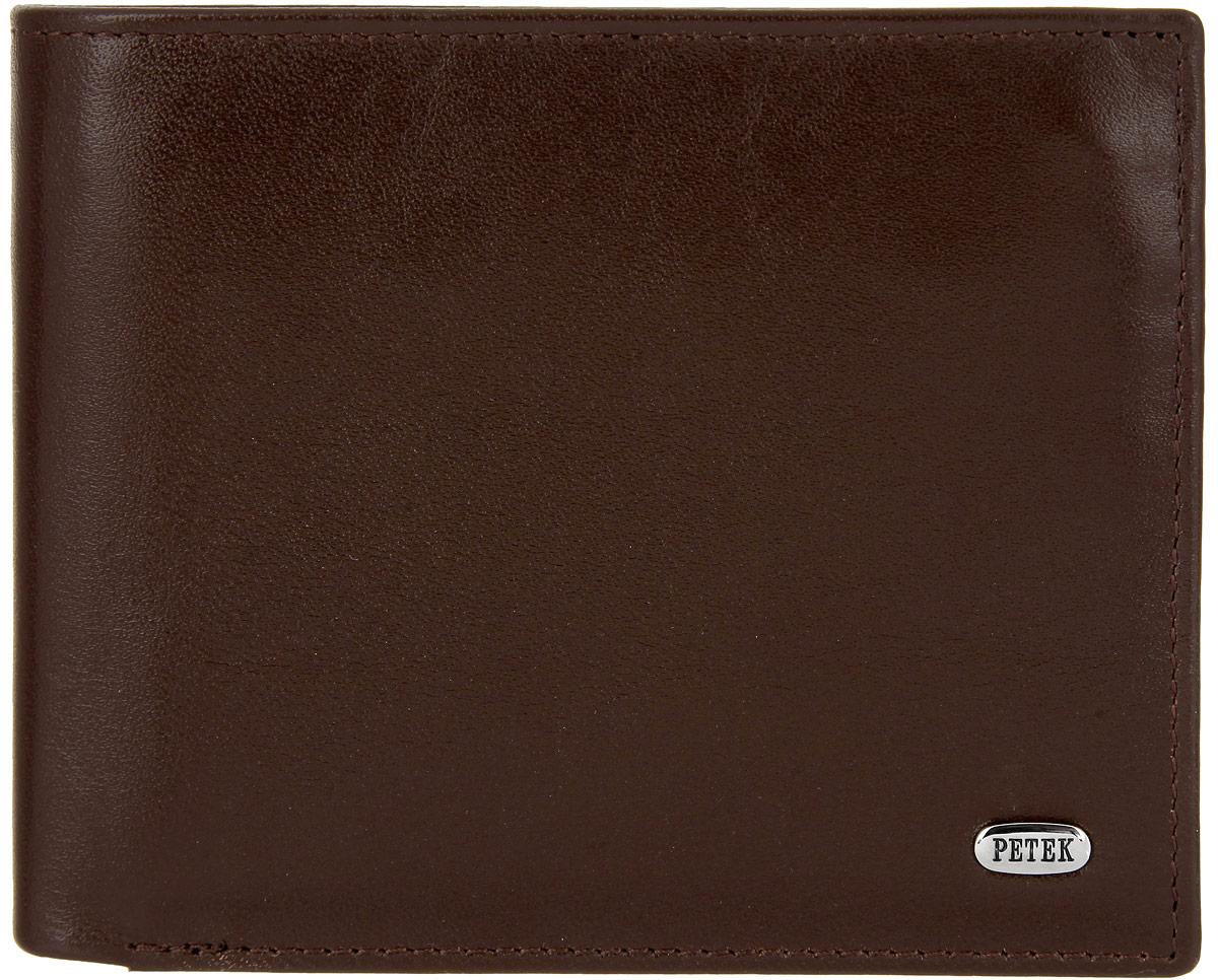 Портмоне мужское Petek 1855, цвет: коричневый. 2170.000.2222170.000.222 D.BrownСтильное мужское портмоне Petek 1855 выполнено из натуральной кожи с зернистой поверхностью. Лицевая сторона оформлена металлической пластиной с гравировкой в виде названия бренда. Изделие раскладывается пополам. Портмоне содержит четыре кармана для визиток и кредитных карт (один из которых с окошком из прозрачного сетчатого материала), три потайных кармана, конверт для монет, закрывающийся клапаном на застежку-кнопку, под клапаном плоский карман с сетчатым окошком и три кармана для купюр, один из которых на застежке-молнии. Изделие упаковано в фирменную коробку. Такое портмоне станет отличным подарком для человека, ценящего качественные и стильные вещи.