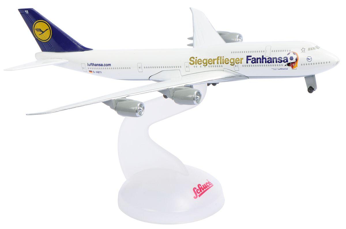 Schabak Самолет Lufthansa WM 14 B747-8403551642Миниатюрная коллекционная модель самолета Schuco Lufthansa Boing 747-8 непременно понравится не только детям, но и взрослым авиалюбителям. Модель выполнена в масштабе 1:600 по отношению к реальному пассажирскому лайнеру. Она превосходно детализирована как в плане формы, так и в плане рисунка. Белую поверхность самолета покрывают синие и золотистые надписи, а также отлично прорисованные лого. Изделие изготовлено из первоклассных материалов: высокопрочного пластика и металла. Их сочетание позволило добиться предельной реалистичности копии. В комплекте с моделью идет специальная пластиковая подставка. Модель Schuco Lufthansa Boing 747-8 станет достойным украшением любой коллекции!