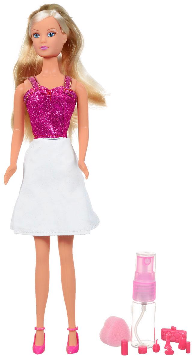Simba Кукла Steffi Love Water Styles Fashion5732761Кукла Simba Штеффи. Водный стиль надолго займет внимание вашей малышки и подарит ей множество счастливых мгновений. Кукла изготовлена из пластика, ее голова, ручки и ножки подвижны, что позволяет придавать ей разнообразные позы. В комплект также входит губка, флакон для воды, а также сумочка и 7 аксессуаров для куклы в виде флакончиков разной формы. Куколка одета в стильное платье, верх которого украшен блестками, а юбка оформлена узорами. Намочите входящую в комплект губку водой и проведите по платью - и оно изменит цвет. Чудесные длинные волосы куклы так весело расчесывать и создавать из них всевозможные прически, плести косички, жгутики и хвостики. Благодаря играм с куклой, ваша малышка сможет развить фантазию и любознательность, овладеть навыками общения и научиться ответственности, а дополнительные аксессуары сделают игру еще увлекательнее. Порадуйте свою принцессу таким прекрасным подарком!