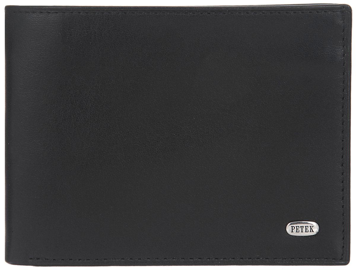 Портмоне мужское Petek 1855, цвет: черный. 290.000.01290.000.01 BlackСтильное мужское портмоне Petek 1855 выполнено из натуральной кожи с зернистой поверхностью. Лицевая сторона оформлена металлической пластиной с гравировкой в виде названия бренда. Изделие раскладывается пополам. Портмоне содержит два потайных кармана, два накладных кармана, два съемных блока из пластика для визиток и пластиковых карт и два отделения для купюр. Изделие упаковано в фирменную коробку. Такое портмоне станет отличным подарком для человека, ценящего качественные и стильные вещи.
