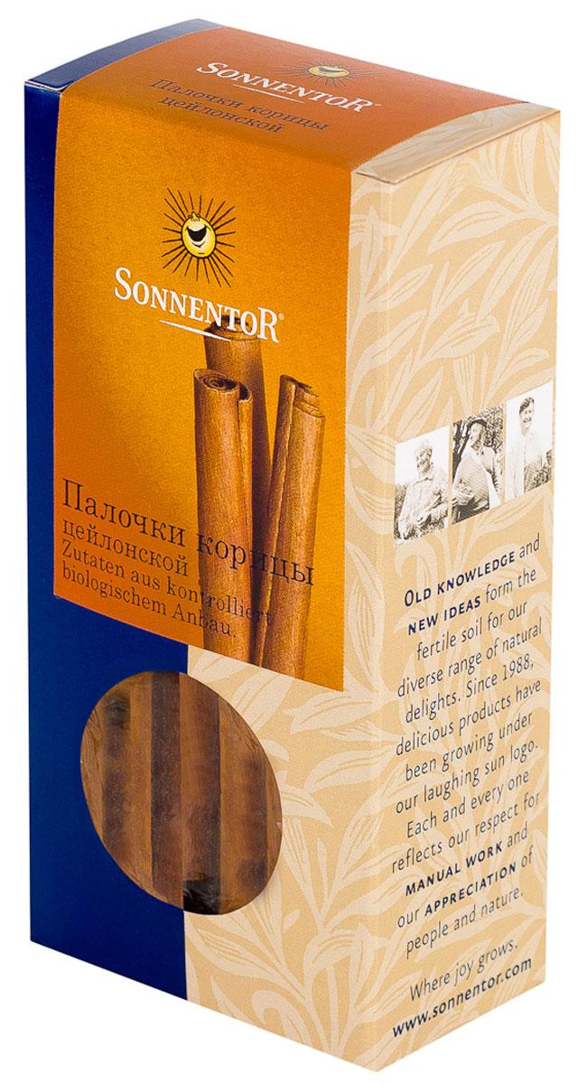 Sonnentor Палочки корицы, цейлонская, 18 гNT334Теплый, древесно-сладкий аромат Sonnentor Корицы - это аромат детства: бабушкин яблочный рулет, компот из сухофруктов и запеченные яблоки с медом. Это аромат воскресного утра - горячих булочек и свежесваренного кофе, чью кислинку смягчает эта пряность. Это аромат приключений - аромат сладкого кус-куса и эфиопской смеси Бербере для рагу из баранины, в состав которых она непременно входит. Аромат корицы - это аромат воспоминаний. Цейлонская корица обладает нежным ароматом и менее жгучим вкусом, в котором нет резкости. В домашней кулинарии ее часто кладут во все блюда вместе с сахаром. Благодаря нежному аромату и вкусу цейлонская корица прекрасно сочетается с разными острыми и терпкими пряностями. Эту пряность чаще всего добавляют в различную выпечку, фруктовые салаты, фруктовые, овощные и молочные супы, в сладости, пловы, сладкие каши, десерты. Неплохо проявляет она себя в блюдах из свинины, баранины, домашней птицы. Корицу можно добавить в винные и фруктовые соусы,...
