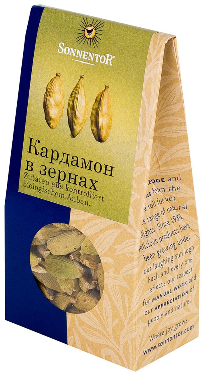Sonnentor: Кардамон в зернах, 30 гNT353Кардамон Sonnentor - это кусочек роскоши на вашей кухне: как шафран и ваниль, он является одной из самых дорогих пряностей в мире. Его аромат, в котором сочетаются дымные, цветочные и сладкие нотки просто, невозможно забыть. Наверное, поэтому кардамон является одним из базовых элементов для многих блюд арабской и индийской кухни. Аромат кардамона - это аромат Востока. В европейской части света кардамон обязательно добавляют в пряники, печенье и некоторые сорта хлеба. Его освежающе-пряная нотка сделает более пикантным фруктовый салат, тушеные или печеные яблоки. А те, кто любит варить кофе, зачастую используют эту пряность для того, чтобы подчеркнуть благородный вкус бодрящего напитка и наполнить дом ароматом Востока.