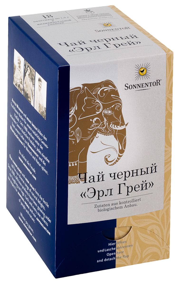Sonnentor Эрл Грей ароматизированный черный чай в пакетиках, 18 шт02218Что может быть более английским, чем черный чай? Этой самой английской традиции уже больше 300 лет. Легенда гласит, что один английский граф по имени Чарльз Грей привез с собой этот рецепт из Китая. Элегантный солодовый напиток сразу стал излюбленным в высшем обществе, и употребляется, по сей день, особенно на так называемых файв-о-клок. Черный чай Sonnentor Эрл Грей с богатой традицией и благородным привкусом бергамота (цитрусовый плод), выращенного на экологически чистых плантациях, и добавляемого к чаю. Утонченное чайное наслаждение с ноткой свежести и плодовой бодрости. Листья чая после ручной сборки обрабатываются между двумя вращающимися пластинами, в результате чего выжимается клеточный сок из листьев. В результате последующей ферментации (естественного окисления клеточного сока в контакте с воздухом) чайный лист меняет цвет и становится коричнево-черным. Листья высушиваются на горячем воздухе и классифицируются по качеству и размеру. Элегантный чай...