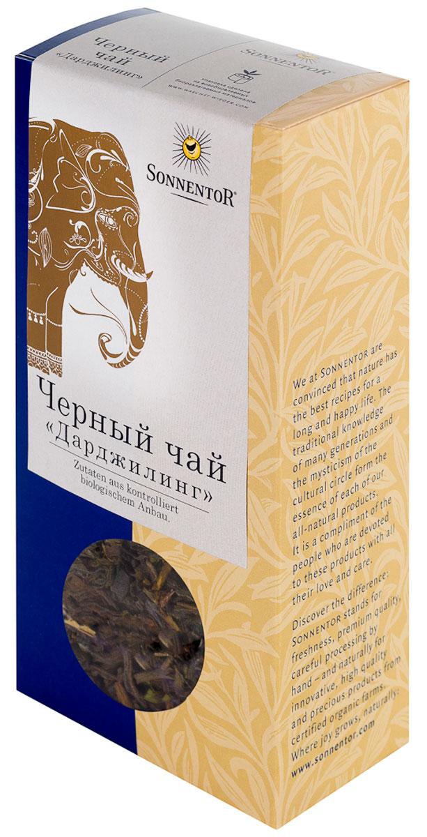 Sonnentor Черный чай Дарджилинг черный листовой чай, 100 гNT221Чай Sonnentor Дарджлинг имеет золотистый каштановый цвет с оттенком меди. Аромат очень богатый, цветочно-терпкий, сладковато-ягодный и солодовый. Эти нотки сохраняются во вкусе и послевкусии. Попробовав этот чай однажды, вы уже не сможете от него отказаться. Характерной особенностью утонченного черного чая Дарджлинг является тонкий аромат цветов в его вкусе. Приготовление черного чая представляет собой настоящее искусство, к которому каждый раз следует подходить серьезно. Лучше всего начинать с ополаскивания чайника горячей водой. После этого чайные листья заливаются кипятком. Если чай будет настаиваться более 2 минут, то он приобретает терпкий и сильный вкус и глубокий цвет. Насыщенный терпкий вкус, освежающее действие, золотистый цвет делают черный чай достойной заменой для кофе и отличным напитком для завтрака. Благодаря солодовому привкусу черный чай станет прекрасным дополнением для блюд из зерновых и овощей. Кроме того, черный чай способствует...