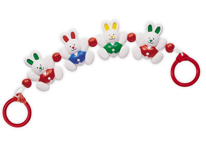 Tolo Classic Гирлянда Кролики87190Гирлянда Кролики Tolo toys - это милые фигурки крольчат, которые привлекут внимание малыша, он захочет потрогать их, а они отзовутся кувырками и звоном. Подвеску-погремушку легко закрепить на кроватке с помощью колечек с защелками по краям. А вся конструкция нанизана на резинку, которая легко растягивается до нужной длины. Играя или наблюдая, ребенок развивает слух, образное восприятие, моторику рук и пальчиков. Маленьким детям нравятся все яркие, подвижные и издающие звуки игрушки – так они познают мир. Медвежата изготовлены из безопасной для здоровья ребенка пластмассы, и можно без опасений использовать игрушку в качестве подвески или дать в руки малышу.