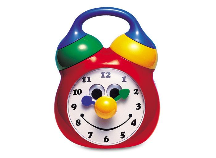 Tolo Classic Игрушка Будильник89225Будильник Tolo toys - это красочные и симпатичные музыкальные часы. Имеют механический завод сзади с помощью удобной крестообразной ручки. Часики играют песенку Hickory, Dickory, Dock (без слов). Во время звучания мелодии стрелочки на часах двигаются. А после проигрывания музыки часы издают звук тик-так. Циферблат сделан в виде симпатичной мордочки с подвижными глазками, улыбкой и носиком. Носик часиков можно поворачивать и передвигать стрелки, при этом раздается трещащий звук. Сверху на будильнике есть два звоночка. Если покрутить желтый, раздается громкий треск. А если покрутить зеленый, раздается негромкий звенящий звук. Малыш сможет переносить часы с помощью удобной ручки. Игрушка развивает звуковое и цветовое восприятие, мелкую моторику, учит ребенка причинно-следственным связям.