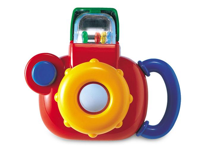 Tolo Classic Игрушка Фотокамера89270Фотокамера Tolo toys - это красочная игрушечная фотокамера с погремушкой внутри, которая привлечет внимание малыша и не даст ему заскучать. Игрушка обязательно вызовет восторг у Вашего малыша, ведь она так похожа на настоящий фотоаппарат! Есть и объектив и вспышка. Крохе будет удобно её держать - ведь сбоку есть удобная ручка. Для того, чтобы сделать фотографию, нужно запустить фотовспышку, после чего ребенок услышит звук, как у погремушки, ведь внутри вспышки спрятаны несколько разноцветных шариков. Нажав на кнопку фотоаппарата, в видоискателе появится смешной медвежонок, который обязательно порадует Вашего юного фотографа. Малыш сможет разворачивать объектив и при этом он будет слышать веселые звуки, которые издает игрушка. Игрушка позволяет развивать у Вашего малыша такие навыки как цветовое восприятие, память, логику, сообразительность, звуковое восприятие, моторику.