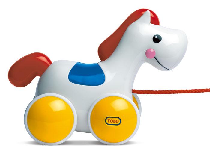 Tolo Classic Игрушка Лошадь на колесах89500Каталка-пони Tolo toys - это милая лошадка с дружелюбной мордашкой, которая станет верным другом Вашему малышу. Благодаря колесам и шнурочку игрушку можно катать за собой, или катать ручками. С такой дивной лошадкой будет интересно и дома, и на улице! Кстати, когда лошадка движется, ее голова забавно кивает. Играя, кроха разовьет мелкую и крупную моторику, координацию и внимание.