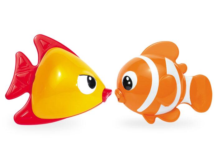 Tolo Игрушка Рыбки магнитные89537Магнитные рыбки Tolo toys - это пара цветных рыбок, с которыми водные процедуры малышей от 1 года превратятся в веселые развлечения. Рыбки прекрасно держаться на воде, а во рту у них магнитики, поэтому, как только рыбки оказываются рядом, они моментально притягиваются друг к другу! Рыбки отлично плавают, не тонут, не теряют цвет и не портятся от воды. А при погружении в воду из них идут пузырьки. Кроме приятных эмоций и игр с водой, ребенок сможет запоминать цвета, учиться отличать большое от маленького, сможет развивать моторику рук, точные движения. Такие игрушки полезны как для мам, которые могут отвлечь ребенка во время купания, так и для общего развития малыша.