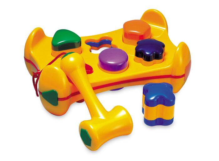 Tolo Classic Игрушка Молоток с геометрическими фигурами89560Молоток с геометрическими фигурами Tolo toys - это веселая и увлекательная игрушка для малыша с года. В симпатичной желтой основе есть 6 отверстий разной формы. В них вставляются формочки-погремушки. Формочки-погремушки разных цветов, малыш сможет поиграть с ними отдельно. У каждой из них свой собственный гремящий звук. На шнурочке, чтобы не потеряться, к скамейке прикреплен пластмассовый молоточек, с помощью которого малыш сможет забивать формочки. Ребенок будет в восторге от того, что формочки можно не просто вставлять, а стучать по ним молоточком, как бы вбивая их в основу. Скамейка переворачивается, и игру можно начинать заново! По обеим сторонам молоточка есть безопасные резиновые вставки. Игрушка развивает координацию движений, звуковое и цветовое восприятие, мелкую моторику малыша, учит его причинно-следственным связям.