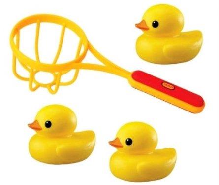 Tolo Classic Игрушка для ванной Сачок и утки89223Сачок и утки Tolo toys - это 3 милые уточки и сачок. Уточки приятно пахнут ванилью и умеют плавать по поверхности воды. Отправив утяток в плавание, малыш сможет поймать их с помощью сачка. Увлекательный комплект для игры в ванной добавит веселья малышу во время купания. Ловля уточек развивает мелкую моторику рук, логическое мышление и поднимает настроение!