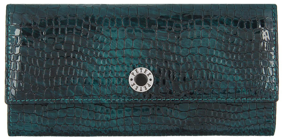 Портмоне женское Petek 1855, цвет: темно-зеленый. 301.091.09301.091.09 GreenСтильное женское портмоне Petek 1855 выполнено из лакированной кожи и декорировано тиснением под кожу рептилии. Лицевая сторона оформлена металлической пластиной с гравировкой в виде названия бренда. Портмоне закрывается клапаном на застежку-кнопку. Внутри модель имеет одно отделение для купюр, два боковых кармана для мелких бумаг и чеков, два горизонтальных кармашка для визиток и кредитных карт с окошком из прозрачного пластика. Обратная сторона дополнена врезным карманом на застежке-молнии и одним накладным карманом. Изделие упаковано в фирменную коробку. Оригинальный дизайн портмоне не оставит равнодушной ни одну представительницу прекрасной половины человечества.