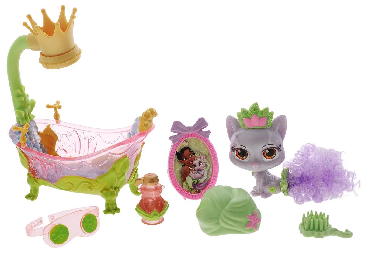 Disney Princess Игровой набор Кошечка Лили50024Игровой набор Disney Princess Кошечка Лили обязательно привлечет внимание вашей малышки. В наборе представлена кошечка Лили - любимица принцессы Тианы. У котенка сиреневого цвета большие выразительные глаза, остренькие ушки и аккуратное тельце. Пушистый хвост игрушки имеет красивый завиток, который придает образу зверюшки невероятную привлекательность. Котенок Лили обожает принимать ванну. Поэтому в наборе вы найдете все, чтобы обустроить комнату для водных процедур. Прозрачная ванна с душем, лейка которого изготовлена в виде элегантной короны, различные флакончики, расческа для хвостика - все это поможет создать яркую комнату, где котенок сможет наслаждаться, купаясь в водичке. Пятнышки на тельце Лили уйдут сами собой, если вы поместите котенка в холодную водичку. Чистюля котенок будет радовать вас своим невероятно милым выражением мордочки и поможет придумать большое количество игровых сюжетов для вашей игры. Порадуйте свою малышку таким...