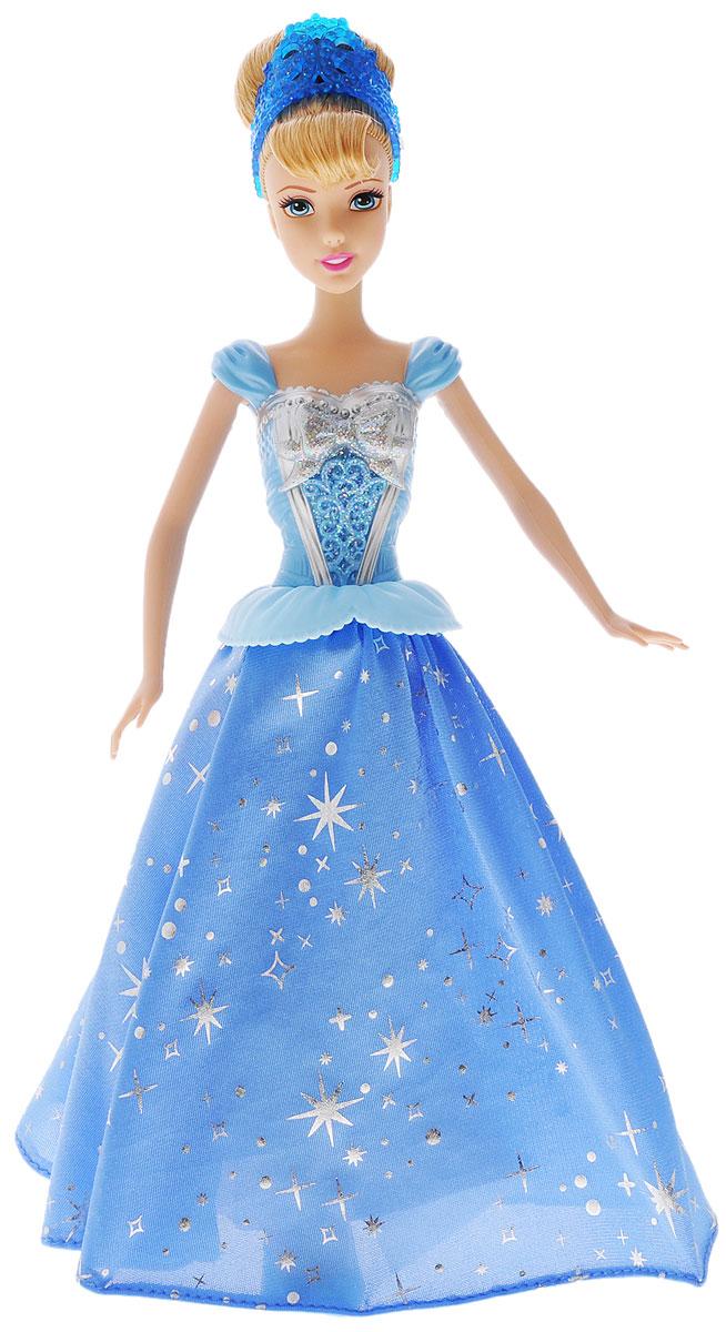 Disney Princess Кукла Принцесса Золушка с развевающейся юбкойCHG56Кукла Disney Princess Золушка с развевающейся юбкой - невероятно интересная и эффектная игрушка для всех поклонниц мультфильма! У Золушки по- настоящему развивается ее красивое голубое платье. На подошве у куклы расположены небольшие колесики: если катить ее по ровной поверхности, они приводят в действие механизм, который раскручивает ее юбку. От этого юбка кружится так, как если бы принцесса танцевала вальс на балу. Для этого надо просто взять куклу и покатить ее по ровной поверхности. Движение может осуществляться как вперед, так и назад. Выглядит это невероятно зрелищно и даже завораживающе. Густые золотые волосы куклы Золушки убраны в высокую прическу, как в мультике, а держит ее голубая диадема. Изделие выполнено из прочного и безопасного материала. Ваша малышка с удовольствием будет играть с этой куколкой, проигрывая сюжеты из мультфильма или придумывая различные истории.