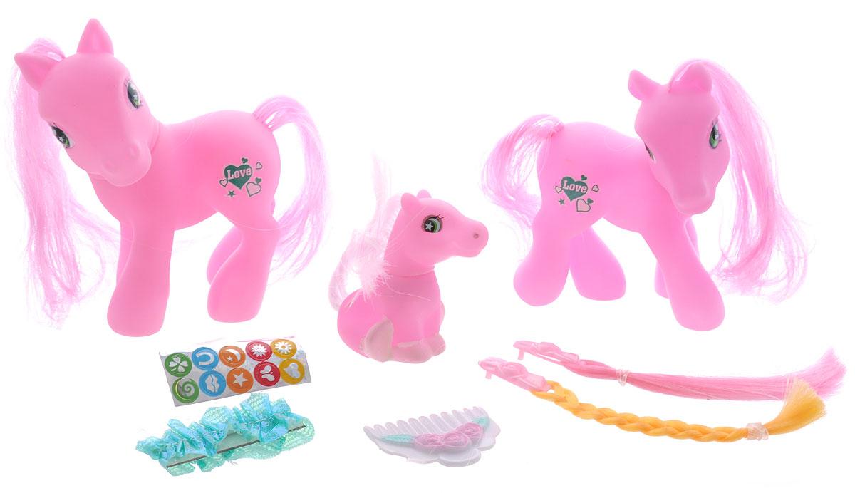 Family Horses Игровой набор83034Игровой набор Family Horses привлечет внимание вашей малышки и не позволит ей скучать. Набор выполнен из безопасного материала ярких цветов и состоит из трех фигурок пони. У них у всех роскошные гривы, за которыми так важно правильно ухаживать. А для этого в комплекте с пони прилагаются расческа, заколки с двумя разноцветными прядями и наклейки. Теперь малышка сможет расчесывать лошадкам гривы, наклеивать на них наклейки и создавать им новые прически каждый день. Порадуйте свою дочурку таким замечательным подарком.