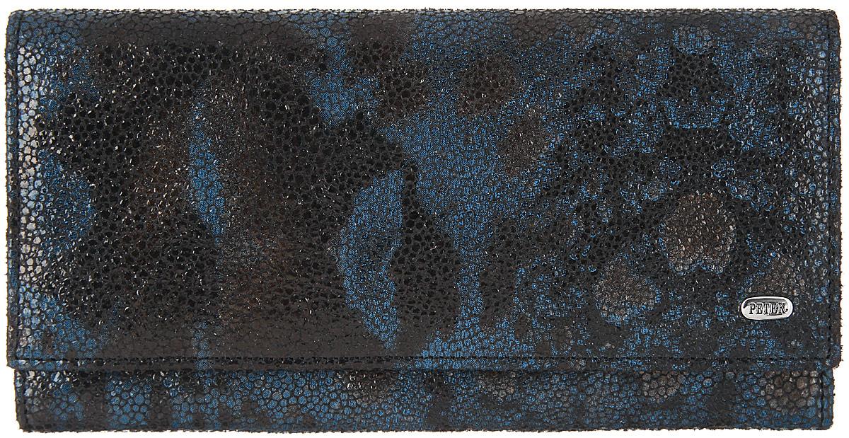 Портмоне женское Petek 1855, цвет: темно-синий, черный. 379.137.08379.137.08 D.BlueСтильное женское портмоне Petek 1855 выполнено из натуральной мягкой кожи с оригинальным принтом и оформлено металлической фурнитурой с символикой бренда. Внутренняя часть изделия выполнена из текстиля и натуральной кожи. Изделие закрывается клапаном на кнопку. Внутри размещено отделение для купюр и два открытых кармашка для мелких бумаг. С внутренней стороны клапана имеются пять кармашков для кредитных карт и визиток, один из которых сетчатый, боковой скрытый карман. Снаружи в тыльной стороне изделия расположен врезной карман на молнии и открытый кармашек для чеков и мелких бумаг. Изделие поставляется в фирменной упаковке. Стильное портмоне Petek 1855 станет отличным подарком для человека, ценящего качественные и практичные вещи.