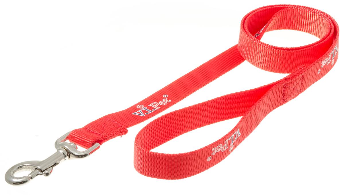 Поводок для собак V.I.Pet, цвет: красный, ширина 25 мм, длина 1,2 м73-0862Поводок с карабином V.I.Pet, изготовленный из нейлона, предназначен для выставок и повседневного выгула. Материал поводка отличается повышенной прочностью, мало подвержен механическому воздействию, поэтому надолго сохранит аккуратный внешний вид и насыщенность цвета. Вращающийся вертлюг карабина предотвращает перекручивание поводка.
