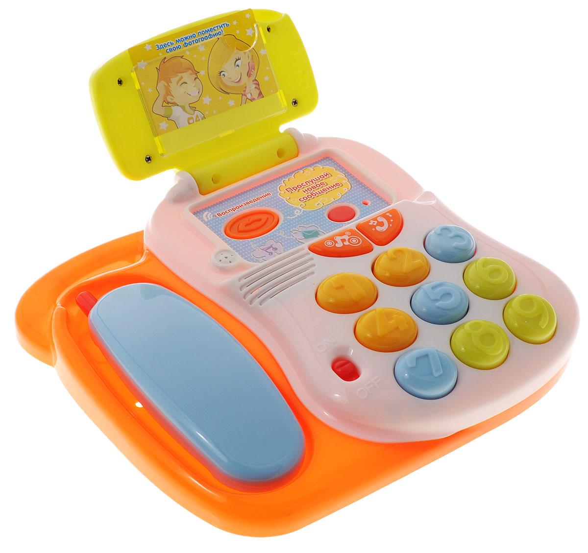 Mommy Love Развивающая игрушка Говорящий телефонTT13Развивающая игрушка Говорящий телефон со звуковыми и световыми эффектами, непременно понравится вашему малышу и станет для него любимой игрушкой. Ребенок познакомится со стандартными звуками набора номера, дозвона, длинными или короткими гудками, а также несколькими веселыми мелодиями. У телефона имеется функция записи - 10 секунд. В верхнее окошко можно вставить фотографию. Порадуйте своего ребенка таким замечательным подарком! Для работы необходимо 2 батарейки типа АА (комплектуется демонстрационными).