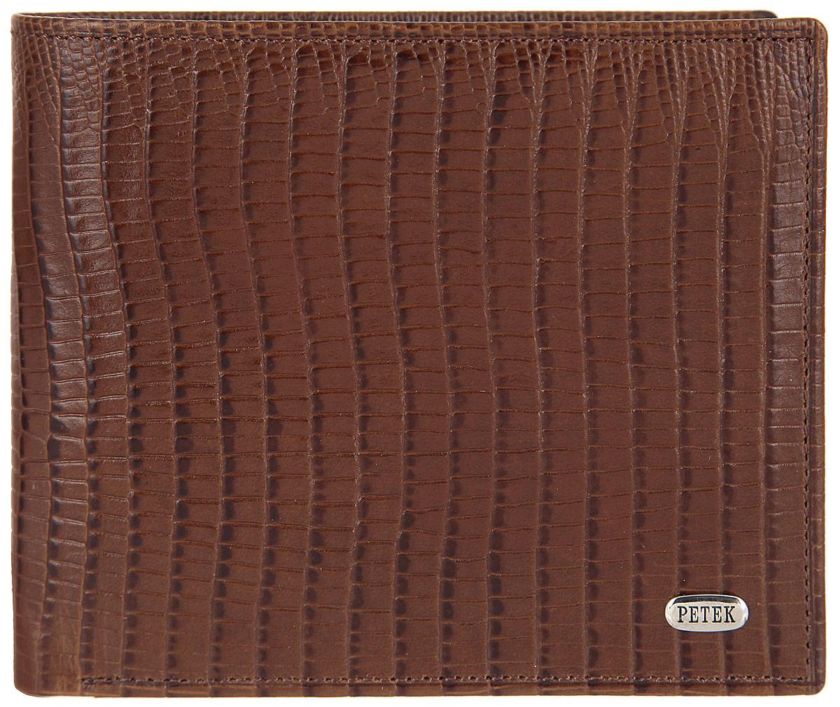 Портмоне мужское Petek 1855, цвет: коричневый. 120.041.02120.041.02 D.BrownСтильное мужское портмоне Petek выполнено из натуральной кожи с тиснением под рептилию и оформлено металлической фурнитурой с символикой бренда. Изделие раскладывается пополам. Внутри размещены два отделения для купюр, отделение для монет на кнопке, три кармашка для кредитных карт или визиток, дополнительный накладной карман. Изделие поставляется в фирменной упаковке. Стильное портмоне Petek станет отличным подарком для человека, ценящего качественные и практичные вещи.