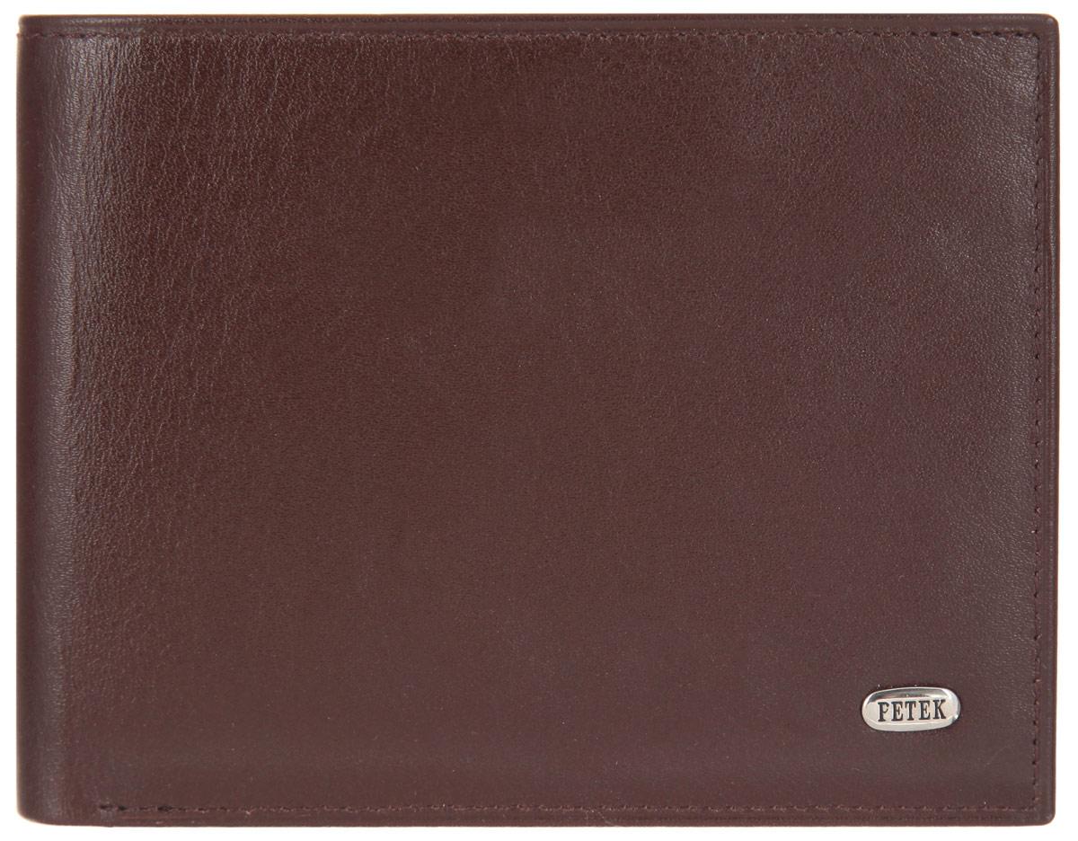 Портмоне мужское Petek 1855, цвет: коричневый. 290.000.222290.000.222 D.BrownСтильное мужское портмоне Petek выполнено из натуральной кожи и оформлено металлической фурнитурой с символикой бренда. Изделие раскладывается пополам. Внутри размещены два накладных кармана, два съемных вкладыша с двенадцатью файлами для кредитных карт. Изделие поставляется в фирменной упаковке. Стильное портмоне Petek станет отличным подарком для человека, ценящего качественные и практичные вещи.