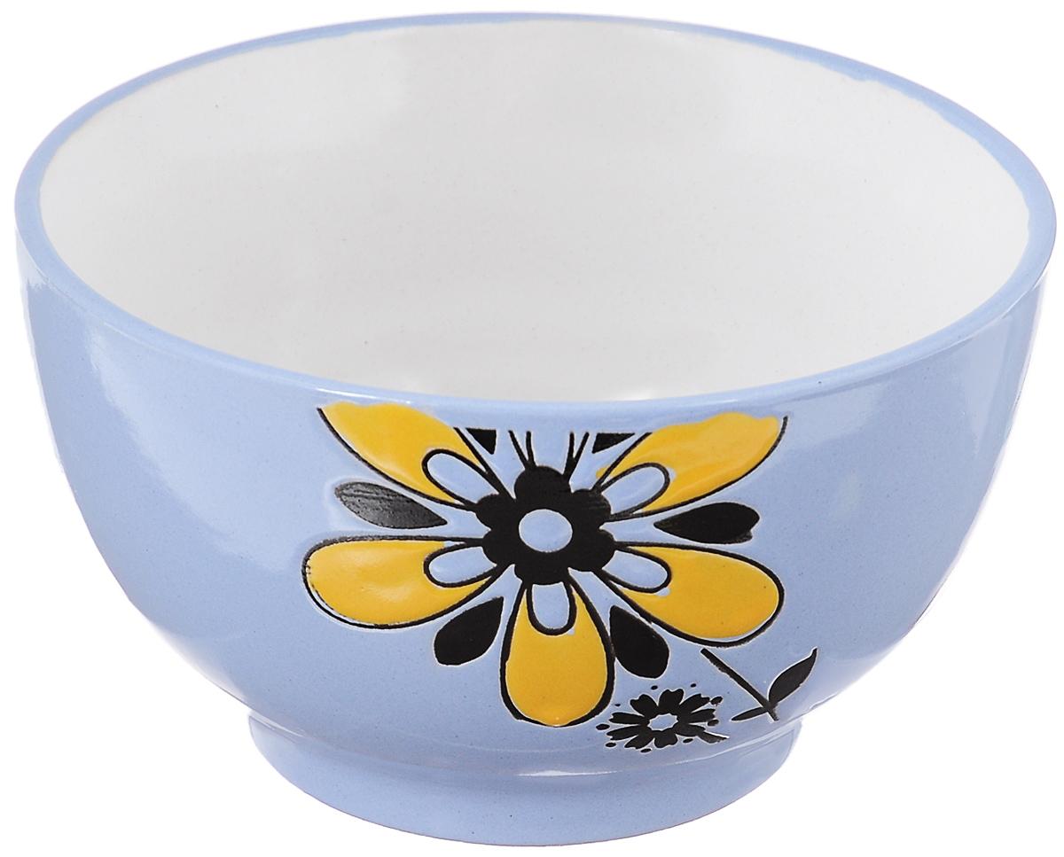 Салатница Wing Star Цветок, цвет: голубой, желтый, диаметр 14 смLJ10-D1120BСалатница Wing Star Цветок изготовлена из высококачественной керамики, а внешняя стенка украшена изображениями цветов. Wing Star - качественная керамическая посуда из обожженной, глазурованной снаружи и изнутри глины с оригинальными рисунками. При изготовлении данной посуды широко используется рельефный способ нанесения декора, когда рельефная поверхность подготавливается в процессе формовки и изделие обрабатывается с уже готовым декором. Благодаря этому достигается эффект неровного на ощупь рисунка, как бы утопленного внутрь глазури и являющегося его естественным элементом. Яркая салатница станет украшением вашего стола и прекрасно подойдет для использования, как дома, так и на даче или пикниках. Можно использовать в микроволновой печи и посудомоечной машине. Диаметр салатницы (по верхнему краю): 14 см. Высота стенки: 8 см.