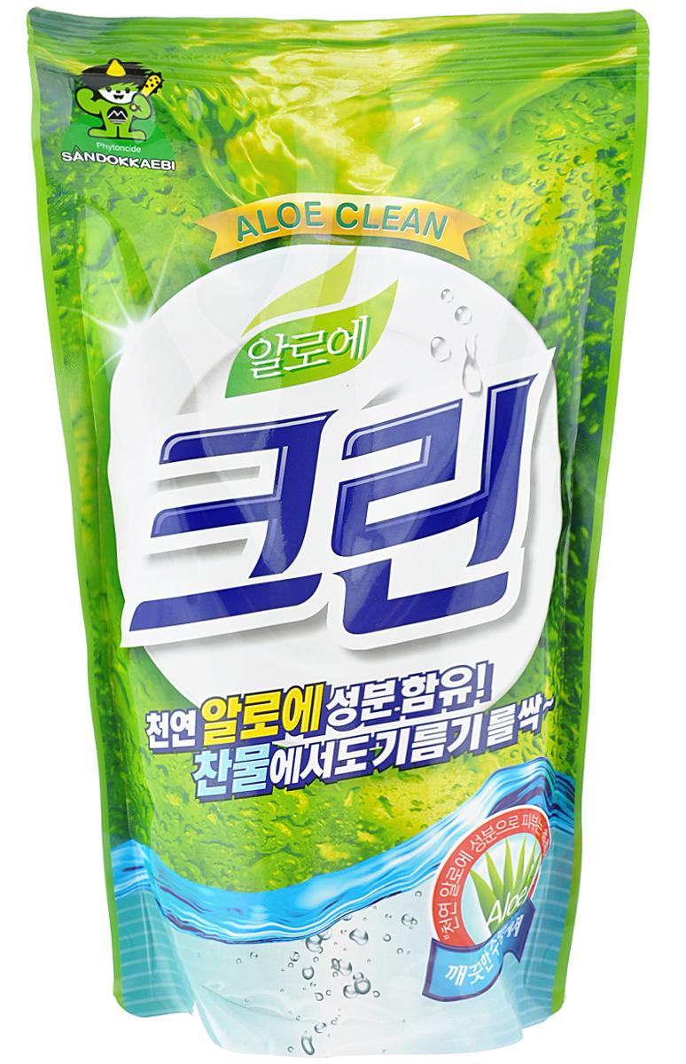 Гель для мытья посуды и овощей Sandokkaebi Aloe Clean, 800 г002671Средство для мытья посуды и кухонных принадлежностей Sandokkaebi Aloe Clean. Превосходная моющая сила - прекрасно расщепляет жир и эффективно удаляет любые загрязнения. Образует обильную пену, которая легко смывается без остатков при ополаскивании, подходит для мытья фруктов и овощей. РН нейтральный. Экстракт алоэ защищает и увлажняет кожу рук. Состав: Linear alkylbenzene sulfonate, Diethanolamine, Cocamide DEA, Alpha olefin sulfonate, Sodium laureth sulfate, Sodium hydroxide, Sodium chloride, Tetrasodium-EDTA, Fragrance, Water.