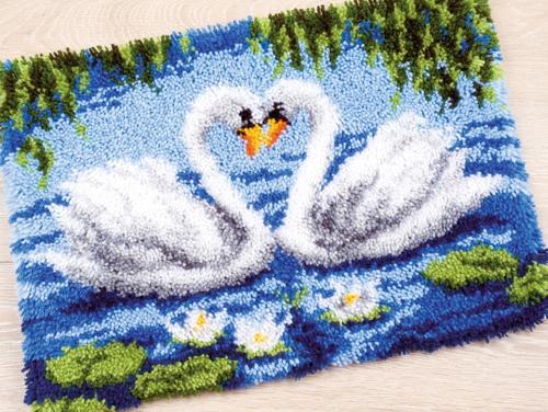 Набор для вышивания коврика Vervaco Лебединое озеро, 55 см х 40 см686340Набор для вышивания Vervaco Лебединое озеро поможет вам создать свой личный шедевр - красивую картину, вышитую в ковровой технике. Такая картина станет прекрасной заготовкой для декоративного коврика, который будет выглядеть всегда стильно и модно. Вышивание отвлечет вас от повседневных забот и превратится в увлекательное занятие! Работа, сделанная своими руками, создаст особый уют и атмосферу в доме и долгие годы будет радовать вас и ваших близких, а подарок, выполненный собственными руками, станет самым ценным для друзей и знакомых. В набор входит: - страмин с цветным рисунком (52% хлопок, 48% полиэстер), - нарезанные петли (100% акриловые нитки) - 11 цветов, - крючок для вязания узлов, - инструкция на русском языке.