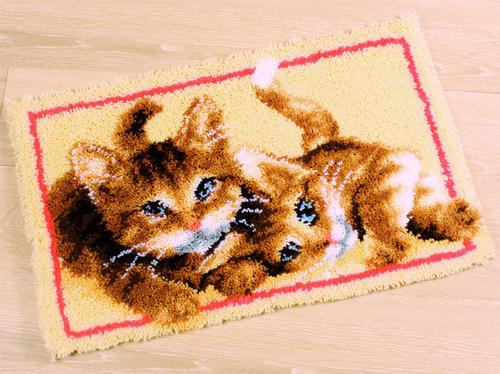 Набор для вышивания коврика Vervaco Играющие котята, 70 х 45 см686343Набор для вышивания Vervaco Играющие котята поможет вам создать свой личный шедевр - красивую картину, вышитую в ковровой технике. Такая картина станет прекрасной заготовкой для декоративного коврика, который будет выглядеть всегда стильно и модно. Вышивание отвлечет вас от повседневных забот и превратится в увлекательное занятие! Работа, сделанная своими руками, создаст особый уют и атмосферу в доме и долгие годы будет радовать вас и ваших близких, а подарок, выполненный собственными руками, станет самым ценным для друзей и знакомых. В набор входит: - страмин с цветным рисунком (52% хлопок, 48% полиэстер), - нарезанные петли (100% акриловые нитки) - 12 цветов, - крючок для вязания узлов, - подробная инструкция на русском языке.
