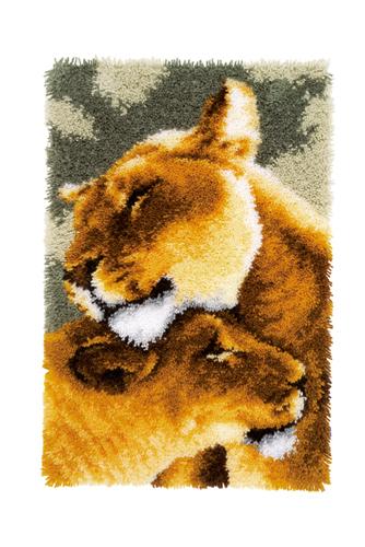 Набор для вышивания коврика Vervaco Львиная любовь, 60 см х 79 см7713378Набор для вышивания Vervaco Львиная любовь поможет вам создать свой личный шедевр - красивую картину, вышитую в ковровой технике. Такая картина станет прекрасной заготовкой для декоративного коврика, который будет выглядеть всегда стильно и модно. Вышивание отвлечет вас от повседневных забот и превратится в увлекательное занятие! Работа, сделанная своими руками, создаст особый уют и атмосферу в доме и долгие годы будет радовать вас и ваших близких, а подарок, выполненный собственными руками, станет самым ценным для друзей и знакомых. В набор входит: - страмин с цветным рисунком (52% хлопок, 48% полиэстер), - нарезанные петли (100% акриловые нитки), - крючок для вязания узлов, - подробная инструкция на русском языке. УВАЖАЕМЫЕ КЛИЕНТЫ! Обращаем ваше внимание, на тот факт, что оборотная сторона подуши и наполнитель в комплект не входят, а служит для визуального восприятия товара.