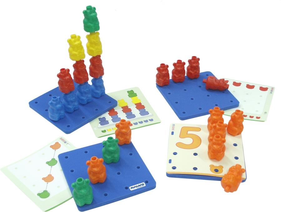 Miniland Обучающий чемоданчик Разноцветные медвежата31786Игровой набор для домашнего и группового обучения выполнений первых математических упражнений. В игровой форме ребенок может усвоить основные понятия математической логики: сортировка по форме, сортировка по цвету, представления чисел и счета. Фигурки мишек представлены в 6 цветах.Способствует развитию логики и способностей к восприятию. Развивает концентрацию внимания и зрительно-моторную координацию В наборе 108 мишек, восемнадцать карточек с заданиями, шесть пластин - основ 19*19 см. Инструкция для педагогов и родителей Рекомендованный возраст: от 3 до 6 лет