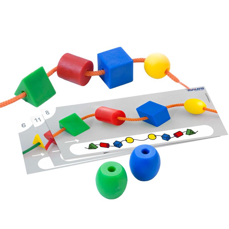 Miniland Обучающий набор со шнуровкой Геометрические формы в че31783Набор, способствующий развитию моторики, визуально-двигательной координации, внимания и концентрации. В игровой форме ребенок может усвоить основные понятия математической логики: сортировка по форме, сортировка по цвету, представления чисел и счета, основы геометрии. Облегчает будущее усвоение навыков чтения – письма, оттачивает понимание и мышление. В наборе: 40 фигур в 2-х размерах ( 2,5 и 3,5 см) в виде основых геометрических форм: шар, куб, цилиндр и треугольник, 12 карочек с заданиями, 5 метровых шнуров. Рекомендованный возраст от 3 до 6 лет